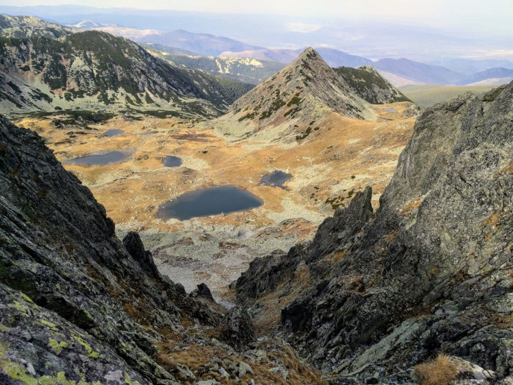 View over the tarns in Valea Rea while descending from Papusa Peak